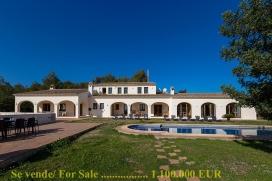 Casa de campo grande y confortable en Benissa, Alicante con piscina privada para 8 personas. La casa está situada en una zona rural y cerca de restaurantes y bares, tiendas y supermercados. La casa tiene 4 dormitorios y 5 cuartos de bañ, Benissa