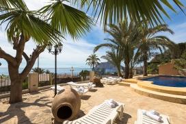 Casa de vacaciones en Benissa, Alicante  con piscina privada para 4 personas.  La casa está situada  en una  zona residencial, cerca de restaurantes y bares y  a 100 m de la playa de Basetes.  La casa tiene 2 dormitorios, distribuidos en 2 plant, Benissa