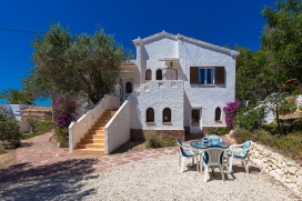 Casa de vacaciones en Benissa, Alicante para 4 personas. La casa está situada en una zona con colinas y a 2 km de la playa de Cala Baladrar. La casa tiene 2 dormitorios, 2 cuartos de baño y 1 aseo para invitados. El alojamiento ofrece u, Benissa