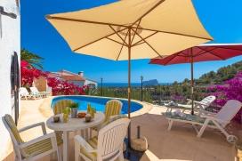 Villa con piscina privada, en Benissa, Costa Blanca, España para un máximo de 7 personas.Esta villa está situada en una zona urbana con colinas. El alojamiento tiene privacidad y unas maravillosas vistas a la bahía, al mar y al va, Benissa