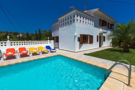 Villa preciosa y acogedora en Benissa, Alicante con piscina privada para 10 personas. La villa está situada en una zona playera y residencial, cerca de restaurantes y bares, tiendas y supermercados, a 100 m de la playa de La Fustera y a 5 km d, Benissa