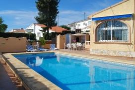 Villa en Benissa, Alicante con piscina privada para 6 personas. La villa está situada en una zona costera y residencial y a 2 km de la playa de La Fustera. La villa tiene 3 dormitorios y 2 cuartos de baño, distribuidos en 2 plantas. La , Benissa