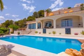 Villa grande y de lujo con piscina privada en Benissa, Alicante para 6 personas. La villa está situada en una zona playera, rural, forestal y residencial con colinas y a 1 km de la playa de La Fustera. La villa tiene 3 dormitorios y 4 cuartos , Benissa