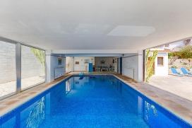 Villa grande en Benissa, Alicante  con piscina privada para 2 personas.  La villa está situada  en una  zona residencial y  a 2 km de la playa de Playa del Abogat.  La cercanía de la playa, actividades deportivas y lugares para ir de compra, Benissa