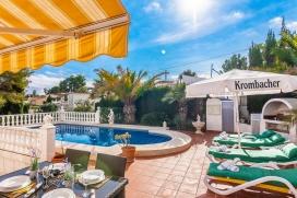 Villa bonita y acogedora en Benissa, Alicante con piscina privada para 2 personas. La villa está situada en una zona rural, forestal y residencial con colinas, cerca de una pista de tenis, a 1 km de la playa de Cala de Baladrar y a 5 km de Mor, Benissa