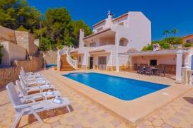 Villa maravillosa y confortable con piscina privada en Benissa, Alicante para 8 personas. La villa está situada en una zona playera y residencial y a 1 km de la playa de Fustera. La villa tiene 4 dormitorios y 4 cuartos de baño, distrib, Benissa