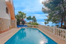 Villa rústica y clásica en Benissa, Alicante con piscina privada para 8 personas. La villa está situada en una zona playera y residencial, cerca de restaurantes y bares, a 500 m de la playa de Cala Advocat y a 3 km de Moraira. La, Benissa