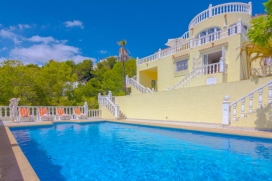 Villa bonita y confortable en Benissa, Alicante con piscina privada para 6 personas. La villa está situada en una zona costera con colinas y a 3 km de la playa de Cala Advocat. La villa tiene 3 dormitorios y 2 cuartos de baño, distribui, Benissa