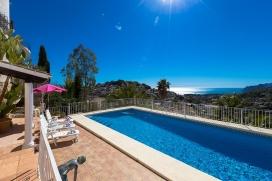 Villa bonita y confortable en Benissa, Alicante con piscina privada para 4 personas. La villa está situada en una zona urbana con colinas, a 3 km de la playa del Baladrar y a 5 km de BENISSA. La villa tiene 2 dormitorios y 4 cuartos de baño, Benissa