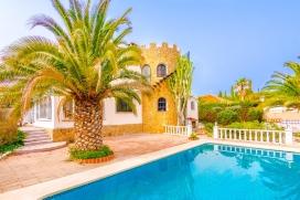 Villa romántica con piscina privada en Benissa para 2 personas y con admisión de mascotas, para pasar las vacaciones del verano en la Costa Blanca. La villa está situada en una zona costera y residencial, a 1 km de la playa de La, Benissa