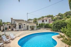 Villa en Benissa, Alicante con piscina privada para 4 personas. La villa está situada en una zona con colinas, a 2 km de la playa de La Fustera y a 10 km de Calpe. La villa tiene 2 dormitorios y 1 cuarto de baño. El alojamiento ofrece u, Benissa