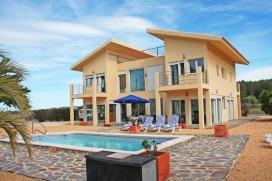 Villa   en Benitachell, Costa Blanca, España  con piscina privada, para un máximo de 8 personas.El alojamiento tiene un jardín con gravilla y árboles y  unas vistas  al valle.Interior, Benitachell