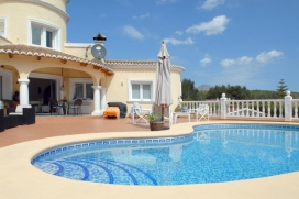 Gran villa graciosa con piscina privada en Benitachell, Alicante para 6 personas. La villa está situada en una zona costera, residencial y montañosa. La villa tiene 3 dormitorios y 3 cuartos de baño. El alojamiento ofrece privaci, Benitachell