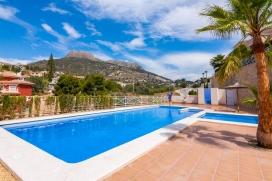 Casa romántica con piscina comunitaria en Calpe para 2 personas y con admisión de mascotas, para pasar las vacaciones del verano en la provincia de Alicante. La casa está situada en una zona costera y residencial, cerca de restau, Calpe