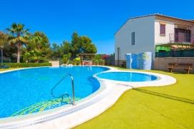 Casa de vacaciones con piscina comunitaria en Calpe para 6 personas, para pasar las vacaciones del verano en la Costa Blanca entre familia o amigos. La casa está situada en una zona costera y urbana, cerca de restaurantes y bares y supermercad, Calpe