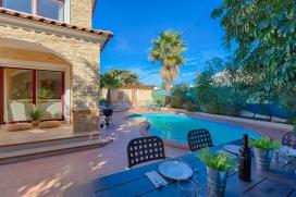 Casa de vacaciones romántica con piscina privada en Calpe para 2 personas y con admisión de mascotas, para pasar las vacaciones del verano en la provincia de Alicante La casa está situada en una zona residencial con colinas, cerc, Calpe