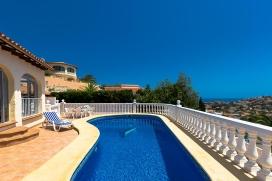 Villa romántica con piscina privada en Calpe para 2 personas y con admisión de mascotas, para pasar las vacaciones del verano en la costa. La villa está situada en una zona residencial y a 1 km de la playa de Puerto Blanco. La vi, Calpe