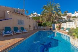 Villa  grande y confortable en Calpe, Costa Blanca, España  con piscina privada, para un máximo de 4 personas.Esta villa está situada  en una  zona urbana con colinas. El alojamiento tiene mucha privacidad, un jardín con gravilla , Calpe