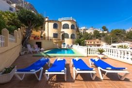 Villa bonita y acogedora en Calpe, Alicante con piscina privada para 4 personas. La villa está situada en una zona residencial con colinas. La villa tiene 2 dormitorios y 2 cuartos de baño, distribuidos en 2 plantas. El alojamiento ofre, Calpe