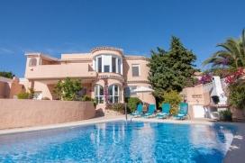 Villa bonita y acogedora en Calpe, Alicante con piscina privada para 6 personas. La villa está situada en una zona costera y residencial y a 2 km de la playa de Playa Arenal-Bol. La villa tiene 3 dormitorios y 2 cuartos de baño. El aloj, Calpe