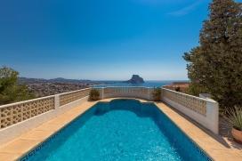 Villa tranquila con piscina privada en Calpe para 4 personas, para pasar unas vacaciones relajadas en la Costa Blanca entre familia o amigos y también con sus mascotas. La villa está situada en una zona forestal y residencial con colina, Calpe