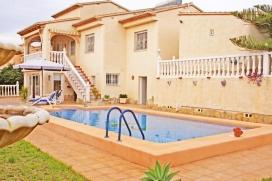 Villa en Calpe, Costa Blanca, España con piscina privada, para un máximo de 4 personas.Esta villa está situada en una zona urbana, cerca de restaurantes y bares y tiendas y a 1 km de la playa. El alojamiento tiene privacidad y un jard&, Calpe