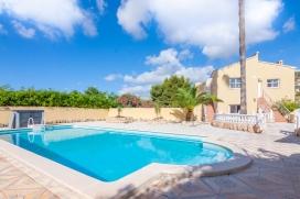 Villa en Calpe, Alicante con piscina privada para 6 personas. La villa está situada en una zona residencial con colinas, cerca de restaurantes y bares y a 3 km de la playa de Playa de la Fossa. La villa tiene 3 dormitorios y 1 cuarto de ba&nti, Calpe