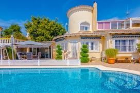 Villa confortable con piscina privada en Calpe para 6 personas, para pasar unas vacaciones agradables en la provincia de Alicante entre familia o amigos y también con sus mascotas. La villa está situada en una zona urbana y a 3 km de la, Calpe