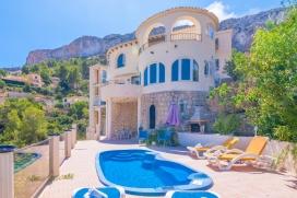 Villa bonita y clásica en Calpe, Alicante con piscina privada para 6 personas. La villa está situada en una zona costera y residencial, cerca de restaurantes y bares y a 1 km de la playa de Playa del Puerto Blanco. La villa tiene 3 dorm, Calpe