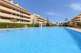 Apartamento maravilloso y gracioso con piscina comunitaria en Denia, Alicante para 4 personas. El apartamento está situado en una zona playera y urbana, cerca de restaurantes y bares, supermercados y una pista de tenis y a 1 km de la playa de , Denia