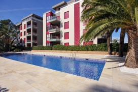 Apartamento moderno y confortable en Denia, Alicante con piscina comunitaria para 6 personas. El apartamento está situado en una zona playera y residencial, cerca de restaurantes y bares y supermercados y a 25 m de la playa de Marineta Cassian, Denia