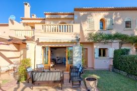 Apartamento maravilloso y confortable con piscina comunitaria en Jávea, Alicante para 6 personas. El apartamento está situado en una zona playera y residencial, cerca de restaurantes y bares, tiendas y supermercados y a 50 m de la playa. El apartamento tiene 3 dormitorios, 2 cuartos de baño y 1 aseo para invitados, distribuidos en 2 plantas. El alojamiento ofrece unas maravillosas vistas al valle, a la montaña y a la calle. El confort y la cercanía de la playa, sitios para salir, actividades deportivas y lugares para ir de compras hacen de este apartamento un alojamiento ideal para pasar sus vacaciones con familia o amigos.Interior del apartamento, Javea