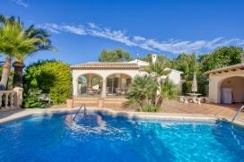 Casa de vacaciones grande y clásica en Jávea, Alicante con piscina privada para 6 personas. La casa está situada en una zona forestal y residencial con colinas y a 4 km de la playa de Arenal. La casa tiene 3 dormitorios y 2 cuartos de baño. El alojamiento ofrece privacidad, un jardín con árboles y una piscina bonita. El confort y la cercanía de la playa, sitios para salir y lugares para ir de compras hacen de esta casa de vacaciones un alojamiento apropiado para pasar sus vacaciones en España con familia o amigos. Interior de la casa , Javea