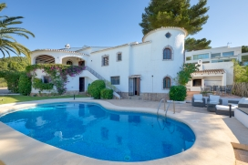 Casa de vacaciones rústica y acogedora con piscina privada en Jávea, Alicante para 8 personas. La casa está situada en una zona playera. La casa tiene 4 dormitorios y 2 cuartos de baño. El alojamiento ofrece mucha privacidad, un jardín bonito con césped, gravilla y árboles y unas maravillosas vistas a la bahía, a la playa, al mar, al valle, a la montaña, a la ciudad y al puerto. La cercanía de la playa y actividades deportivas hace de esta casa de vacaciones un alojamiento apropiado para pasar sus vacaciones con familia o amigos.Interior de la casa, Javea