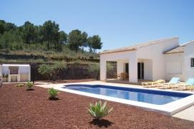 Villa  confortable en Javea, Costa Blanca, España  con piscina privada, para un máximo de 6 personas.Esta villa está situada  en una  zona urbana y  a 3 km de la playa de Arenal. El alojamiento tiene privacidad, un jardín con grav, Javea