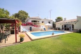 Bonita y romántica villa en Jávea, Alicante con piscina privada para 4 personas. La villa está situada en una zona costera y residencial y a 4 km de la playa del Arenal. La villa tiene 2 dormitorios y 3 cuartos de baño. El, Javea