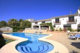 Villa grande y de lujo en Jávea, Alicante  con piscina privada para 8 personas.  La villa está situada  en una  zona residencial.  La villa tiene 4 dormitorios y 3 cuartos de baño, distribuidos en 2 plantas.  El alojamiento ofrece much, Javea