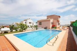 Villa bonita y confortable en Jávea, Alicante con piscina privada para 15 personas. La villa está situada en una zona costera y residencial y a 3 km de la playa del Arenal. La villa tiene 5 dormitorios y 4 cuartos de baño, distri, Javea