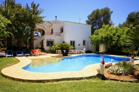 Villa grande y acogedora en Jávea, Alicante  con piscina privada para 15 personas.  La villa está situada  en una  zona residencial y  a 3 km de la playa de La Barraca.  La villa tiene 7 dormitorios y 4 cuartos de baño, distribuidos en, Javea