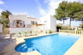 Villa bonita y clásica con piscina privada en Jávea, Alicante para 6 personas. La villa está situada en una zona costera y residencial. La villa tiene 3 dormitorios y 2 cuartos de baño. El alojamiento ofrece un jard&iacute, Javea