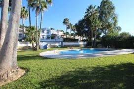 Hermosa y alegre casa de vacaciones con una maravillosa terraza en la azotea, que invita a relajarse y disfrutar de la puesta de sol, en Moraira, en la Costa Blanca, España, para 4 personas. La acogedora casa está situada en una zona reside, Moraira