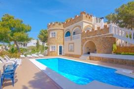 Villa clásica y graciosa con piscina privada en Moraira para 8 personas, para pasar unas vacaciones agradables en la Costa Blanca entre familia o amigos. La villa está situada en una zona rural y residencial y a 2 km de la playa de Play, Moraira