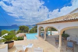 Villa grande y de lujo en Moraira, en la Costa Blanca, España con piscina privada para 12 personas. La villa está situada en una zona playera y residencial, cerca de restaurantes y bares, tiendas, supermercados y una pista de tenis y a 50 m, Moraira