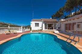 Villa clásica y acogedora con piscina privada en Moraira, en la Costa Blanca, España para 6 personas. La villa está situada en una zona costera y residencial con colinas. La villa tiene 3 dormitorios y 1 cuarto de baño. La cercan&, Moraira