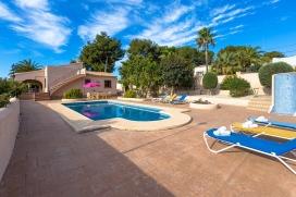 Villa en Moraira, en la Costa Blanca, España con piscina privada para 4 personas. La villa está situada en una zona forestal y residencial con colinas y a 1 km de la playa de Moraira. La villa tiene 2 dormitorios, 2 cuartos de ba&ntilde, Moraira