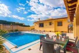 Villa confortable con piscina privada en Moraira para 6 personas, para pasar unas vacaciones agradables en la Costa Blanca entre familia o amigos y también con sus mascotas. La villa está situada en una zona urbana y a 3 km de la playa , Moraira