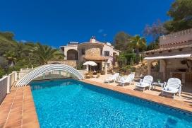 Villa con piscina privada en Moraira, en la Costa Blanca, España para 4 personas. La villa está situada en una zona residencial con colinas y a 3 km de la playa de Playa El Portet. La villa tiene 2 dormitorios y 2 cuartos de baño, Moraira