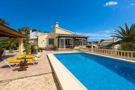 Villa  bonita y confortable en Moraira, Costa Blanca, España  con piscina privada, para un máximo de 2 personas.Esta villa está situada  en una  zona urbana con colinas. El alojamiento tiene mucha privacidad y un jardín con gravil, Moraira