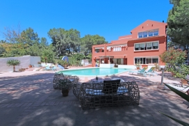 Villa grande y acogedora en Moraira, en la Costa Blanca, España con piscina privada para 8 personas. La villa está situada en una zona residencial, cerca de restaurantes y bares, tiendas y supermercados y a 500 m de la playa de AMPOLLA., Moraira
