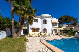 Villa bonita y confortable en Moraira, en la Costa Blanca, España  con piscina privada para 10 personas.  La villa está situada  en una  zona residencial y montañosa y  a 2 km de la playa de Playa L´Ampolla.  La villa tiene 5 dorm, Moraira